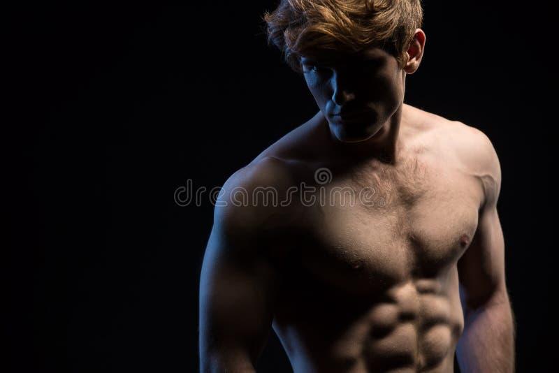 Πορτρέτο ενός ελκυστικού ατόμου με το γυμνό κορμό στοκ εικόνες