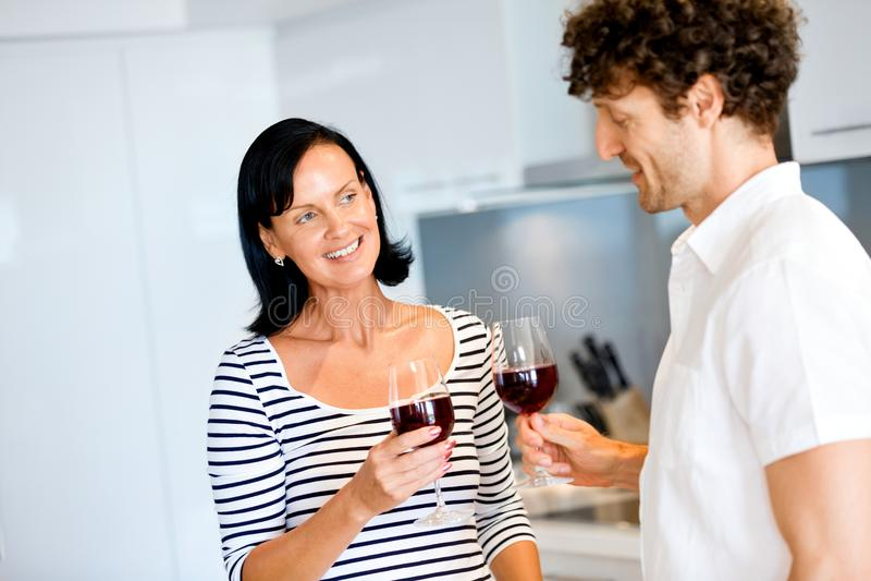Πορτρέτο ενός ζεύγους που έχει ένα ποτήρι του κόκκινου κρασιού στοκ φωτογραφίες με δικαίωμα ελεύθερης χρήσης