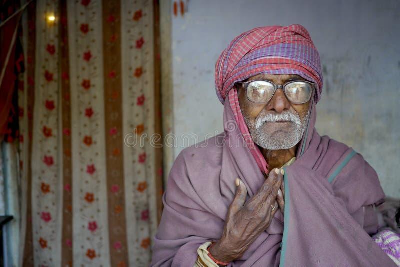 Πορτρέτο ενός ηληκιωμένου με τα παχιά γυαλιά στην αγροτική Ινδία στοκ φωτογραφίες