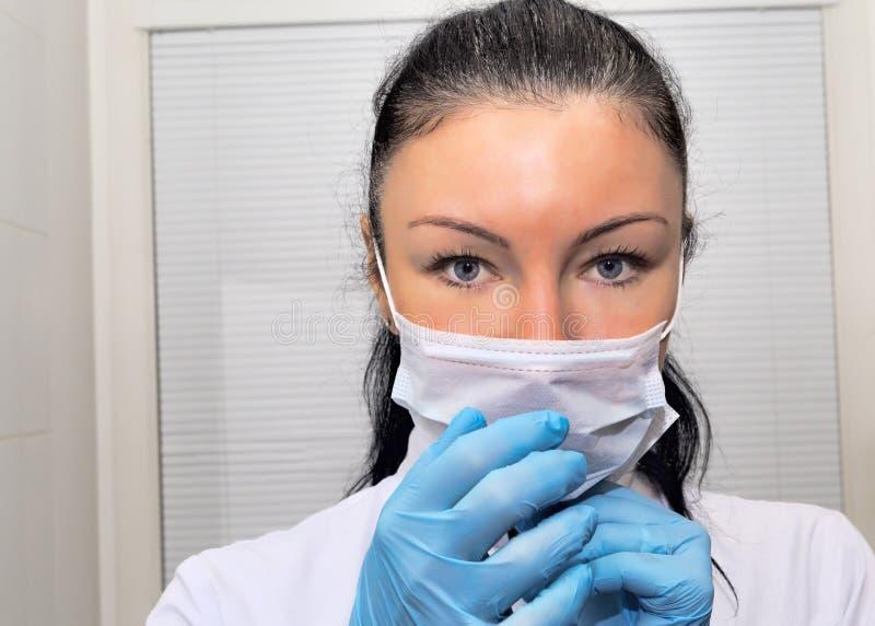 Πορτρέτο ενός θηλυκού χειρούργου που εξετάζει τη κάμερα στοκ εικόνα με δικαίωμα ελεύθερης χρήσης