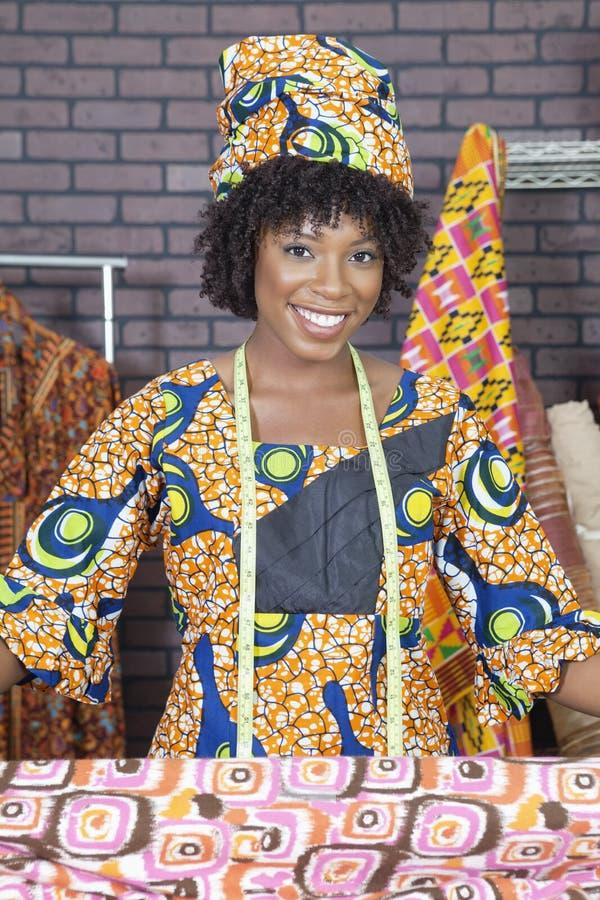 Πορτρέτο ενός θηλυκού σχεδιαστή μόδας αφροαμερικάνων με το ύφασμα σχεδίων στοκ φωτογραφία με δικαίωμα ελεύθερης χρήσης