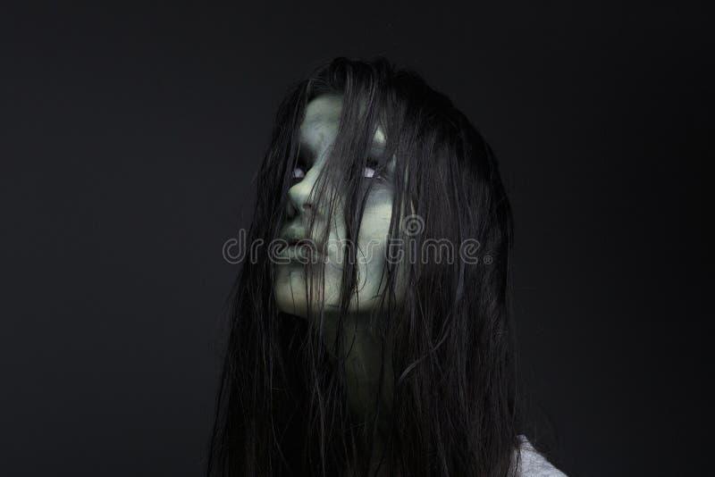 Πορτρέτο ενός θηλυκού zombie στοκ φωτογραφία
