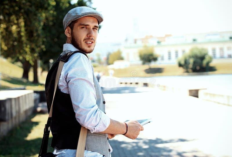 Πορτρέτο ενός καθιερώνοντος τη μόδα νεαρού άνδρα στην πόλη στοκ εικόνες με δικαίωμα ελεύθερης χρήσης