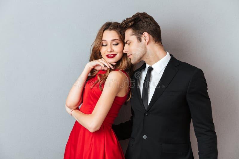 Πορτρέτο ενός καλού ελκυστικού ζεύγους που ντύνεται στην επίσημη ένδυση στοκ εικόνα
