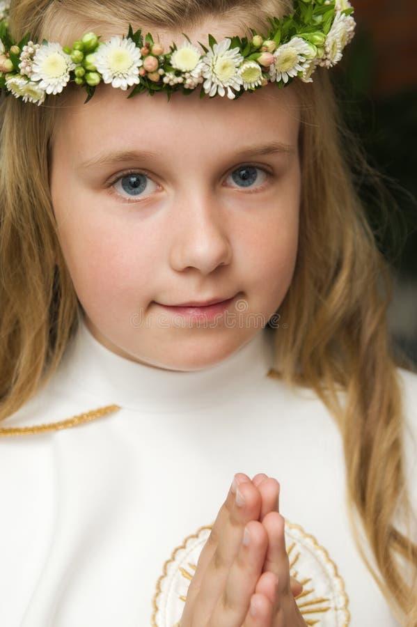 Πορτρέτο ενός κοριτσιού έτοιμου για την πρώτη ιερή κοινωνία στοκ εικόνα