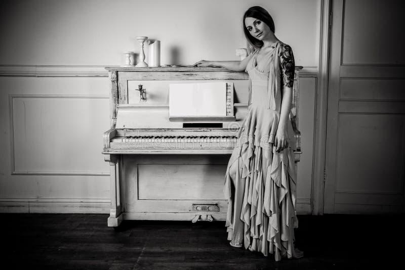 Πορτρέτο ενός κοριτσιού για το πιάνο στοκ εικόνες