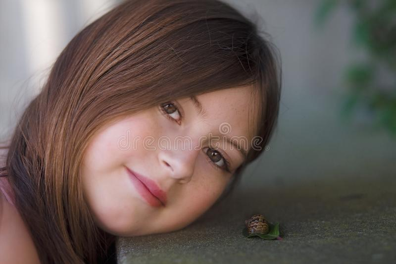 Πορτρέτο ενός κοριτσιού και ενός σαλιγκαριού στοκ εικόνα