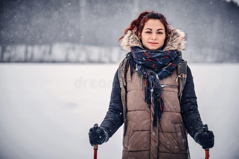 Πορτρέτο ενός κοριτσιού με ένα σακίδιο πλάτης που περπατά μέσω του χειμερινού δάσους στοκ εικόνες με δικαίωμα ελεύθερης χρήσης