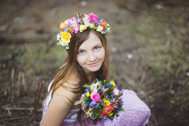 Πορτρέτο ενός κοριτσιού με ένα floral στεφάνι στοκ φωτογραφία