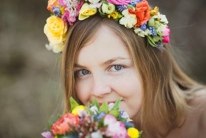 Πορτρέτο ενός κοριτσιού με ένα floral στεφάνι στοκ εικόνες με δικαίωμα ελεύθερης χρήσης