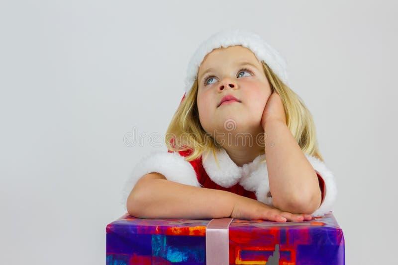 Πορτρέτο ενός κοριτσιού ονειροπόλων στο κόκκινο νέο έτος ΚΑΠ στοκ εικόνες με δικαίωμα ελεύθερης χρήσης