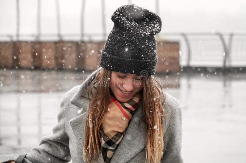 Πορτρέτο ενός κοριτσιού σε ένα καπέλο και ένα γκρίζο παλτό στοκ εικόνα με δικαίωμα ελεύθερης χρήσης