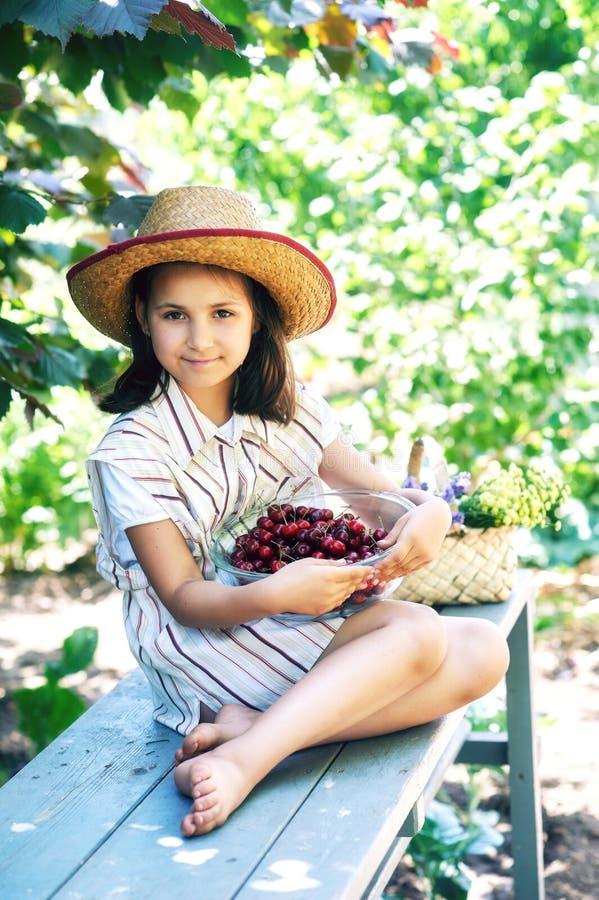 Πορτρέτο ενός κοριτσιού σε ένα καπέλο με τα κεράσια στοκ φωτογραφία με δικαίωμα ελεύθερης χρήσης
