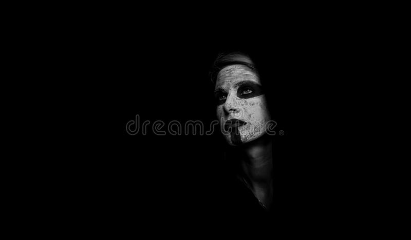 Πορτρέτο ενός κοριτσιού σε ένα μυστικό makeover Η έννοια του μαύρου χρώματος το μαύρο κορίτσι κρύβει το λευκό πουκάμισων φωτογραφ στοκ φωτογραφία με δικαίωμα ελεύθερης χρήσης