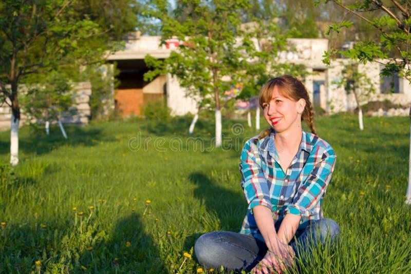 Πορτρέτο ενός κοριτσιού σε ένα πάρκο στοκ φωτογραφίες