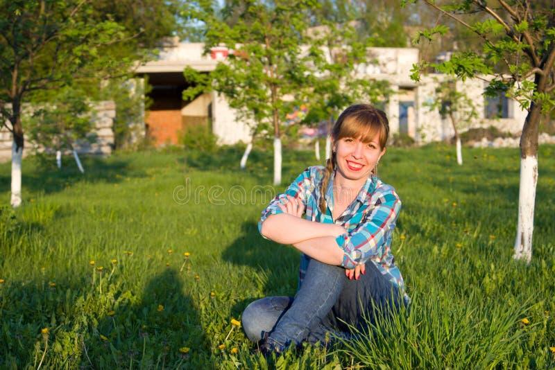 Πορτρέτο ενός κοριτσιού σε ένα πάρκο στοκ φωτογραφία με δικαίωμα ελεύθερης χρήσης