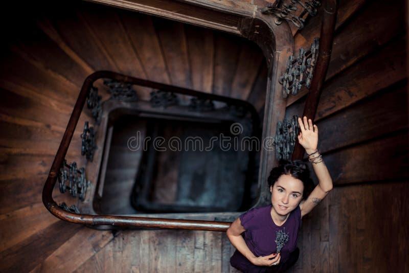 Πορτρέτο ενός κοριτσιού στα κιγκλιδώματα σε ένα σκοτεινό εσωτερικό, στοκ εικόνα με δικαίωμα ελεύθερης χρήσης