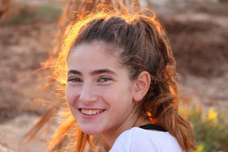 Πορτρέτο ενός κοριτσιού στο ηλιοβασίλεμα στοκ εικόνες