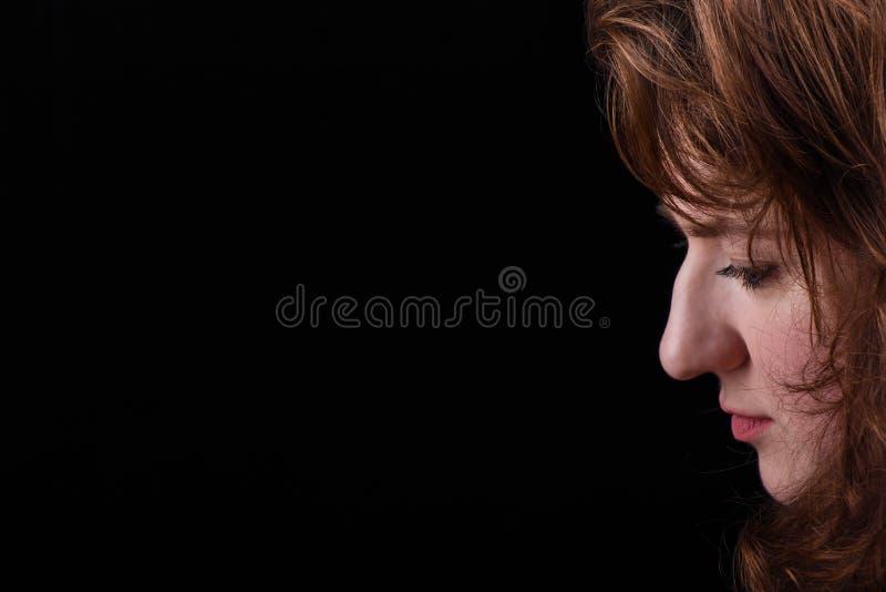 Πορτρέτο ενός κοριτσιού στο σχεδιάγραμμα, που απομονώνεται σε ένα μαύρο υπόβαθρο στοκ εικόνες