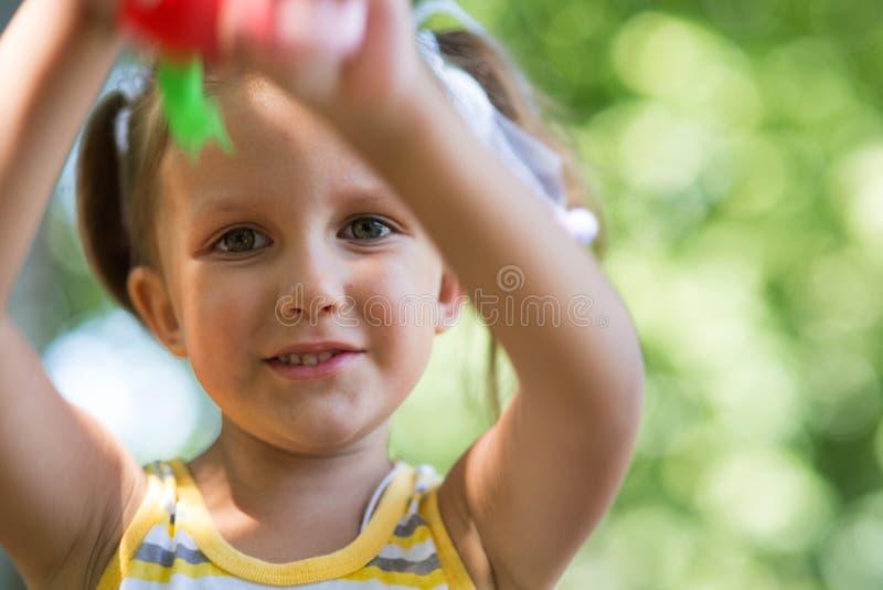 Πορτρέτο ενός κοριτσιού τετράχρονων παιδιών στοκ φωτογραφία
