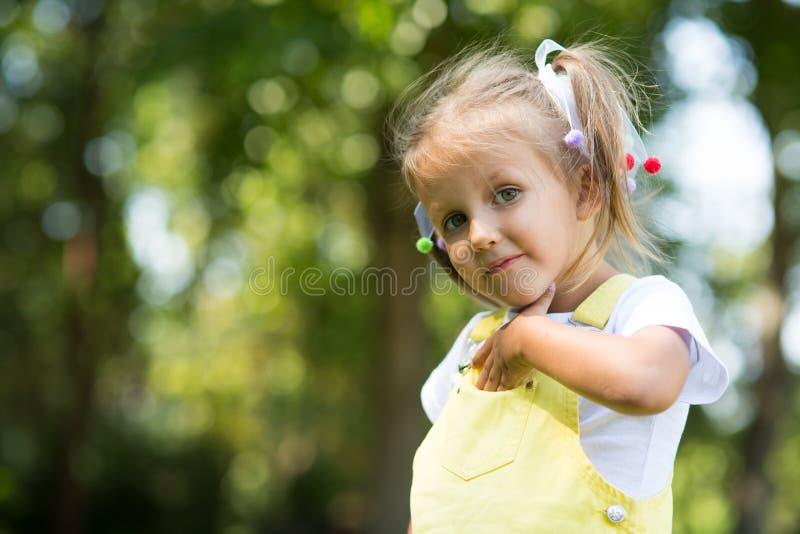 Πορτρέτο ενός κοριτσιού τετράχρονων παιδιών στοκ εικόνες
