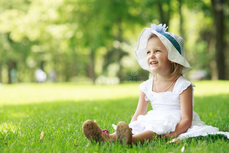 Πορτρέτο ενός κοριτσιού τετράχρονων παιδιών στοκ εικόνα