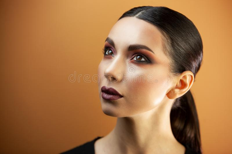 Πορτρέτο ενός κοριτσιού της ευρωπαϊκής ασιατικής εμφάνισης με το makeup στοκ φωτογραφία