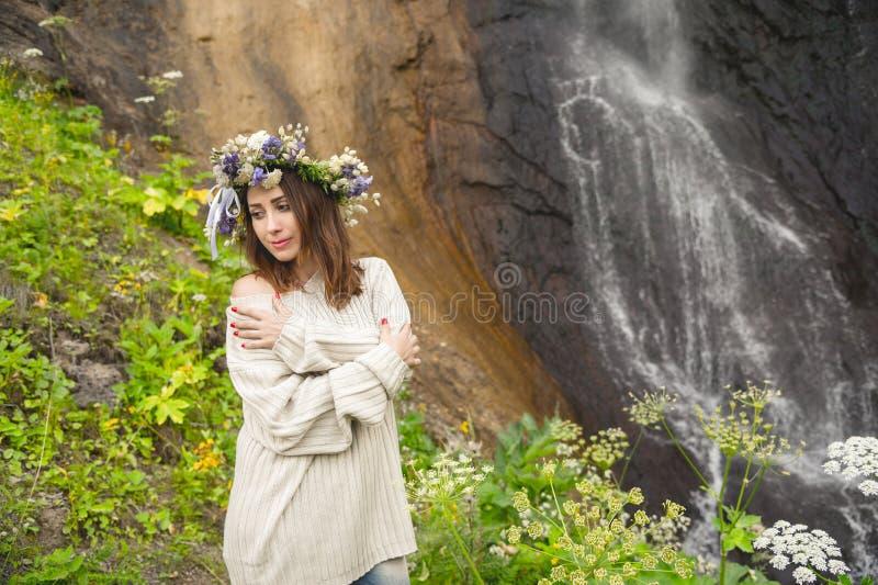 Πορτρέτο ενός κοριτσιού hipster σε ένα παλαιά πουλόβερ και ένα στεφάνι στοκ φωτογραφία με δικαίωμα ελεύθερης χρήσης