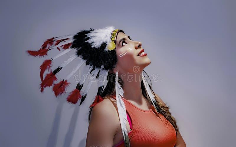 Πορτρέτο ενός λατινικού προτύπου με ένα επενδυμένο με φτερά headdress τέταρτο στοκ εικόνα