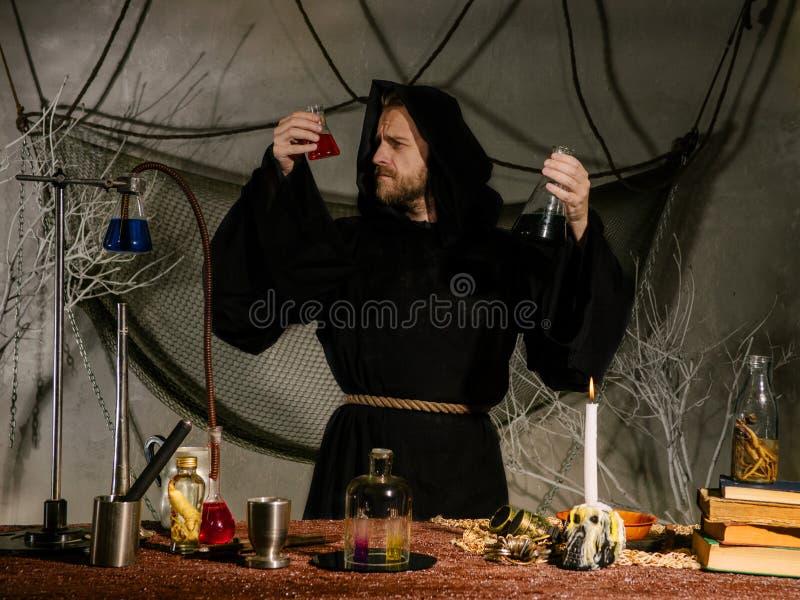 Πορτρέτο ενός μεσαιωνικού επιστήμονα που εργάζεται στο εργαστήριό του ημερολογιακής έννοιας ημερομηνίας ο απαίσιος μικροσκοπικός  στοκ φωτογραφίες