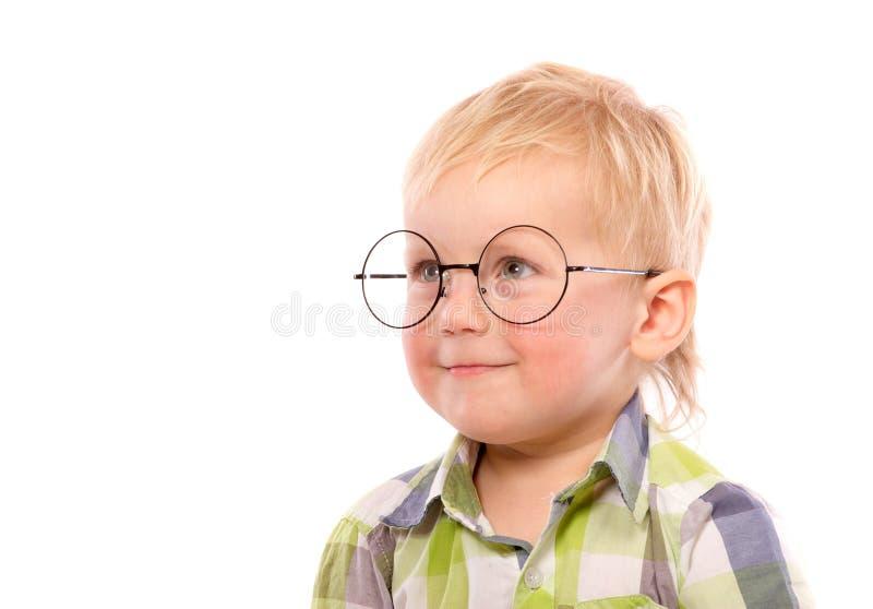 Πορτρέτο ενός μικρού αγοριού στα αστεία γυαλιά στοκ φωτογραφία