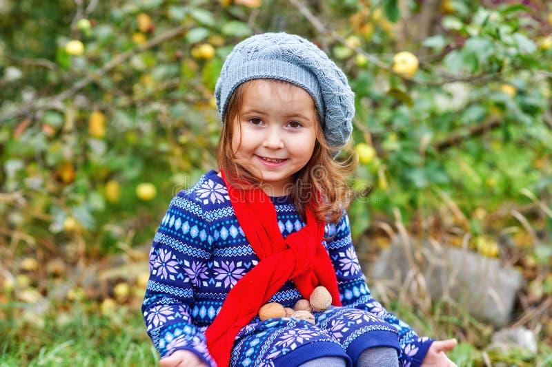 Πορτρέτο ενός μικρού κοριτσιού μια ημέρα φθινοπώρου στοκ φωτογραφία με δικαίωμα ελεύθερης χρήσης