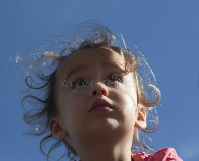 Πορτρέτο ενός μικρού κοριτσιού που ανατρέχει ενάντια στον ουρανό στοκ φωτογραφία με δικαίωμα ελεύθερης χρήσης