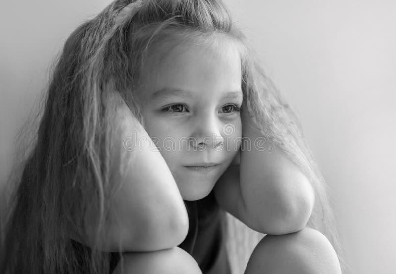 Πορτρέτο ενός μικρού κοριτσιού που είναι λυπημένη γραπτή φωτογραφία στοκ εικόνα