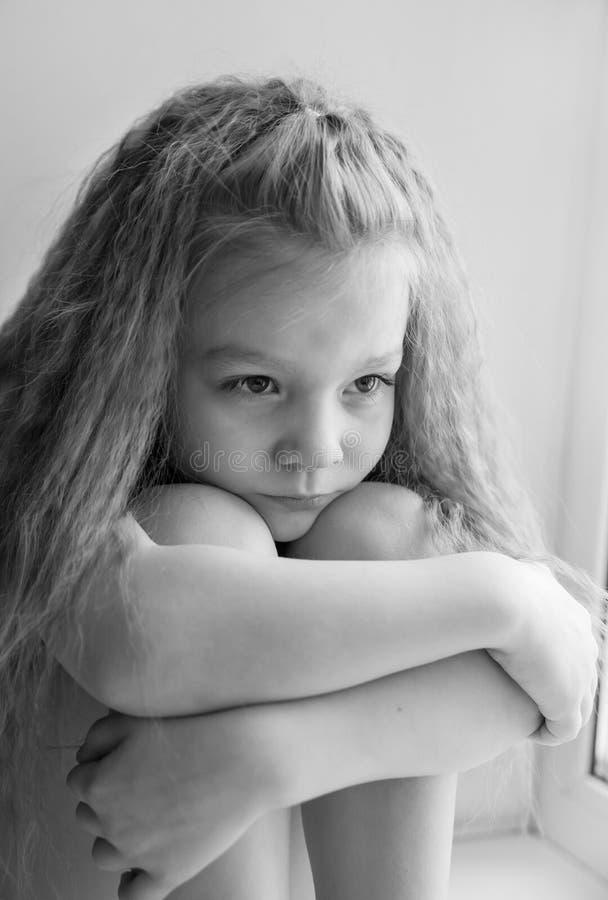 Πορτρέτο ενός μικρού κοριτσιού που είναι λυπημένη γραπτή φωτογραφία στοκ φωτογραφίες