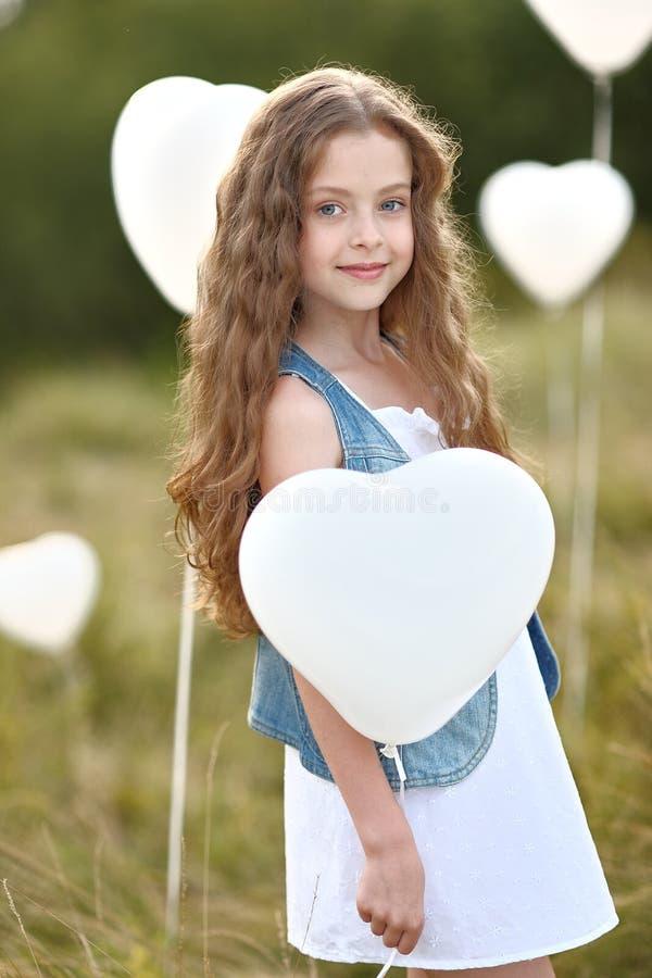 Πορτρέτο ενός μικρού κοριτσιού σε έναν τομέα στοκ εικόνες