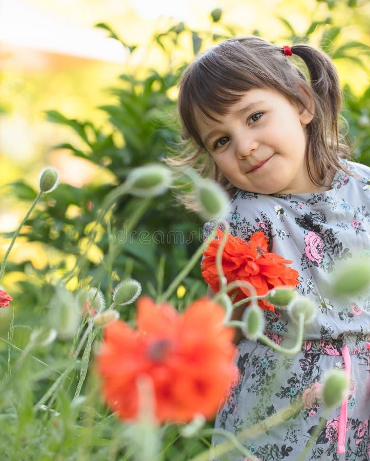 Πορτρέτο ενός μικρού κοριτσιού τριάχρονων παιδιών υπαίθριου στον κήπο στοκ εικόνες