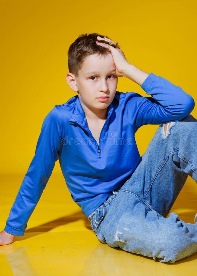 Πορτρέτο ενός μικρού μοντέρνου αγοριού στοκ φωτογραφία με δικαίωμα ελεύθερης χρήσης
