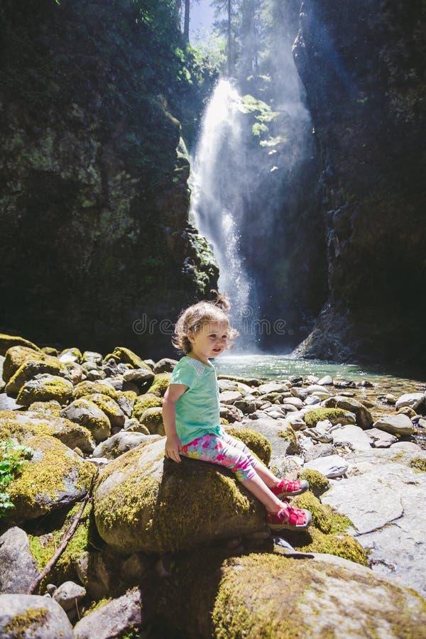 Πορτρέτο ενός μικρού παιδιού από τον καταρράκτη στοκ φωτογραφίες με δικαίωμα ελεύθερης χρήσης