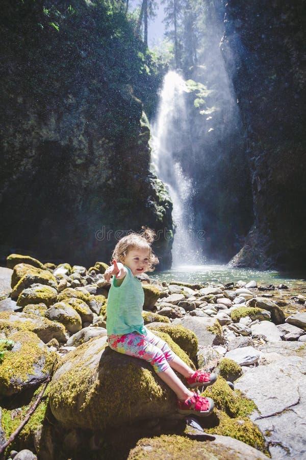 Πορτρέτο ενός μικρού παιδιού από τον καταρράκτη στοκ εικόνα με δικαίωμα ελεύθερης χρήσης