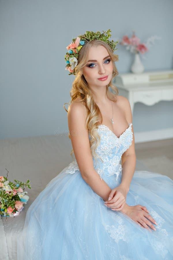 Πορτρέτο ενός μπλε-eyed πολύ όμορφου ξανθού κοριτσιού με ένα στεφάνι στοκ φωτογραφία