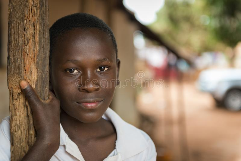 Πορτρέτο ενός νέου αφρικανικού αγοριού στην είσοδο του σπιτιού του στην πόλη Nhacra στη Γουινέα-Μπισσάου στοκ εικόνες