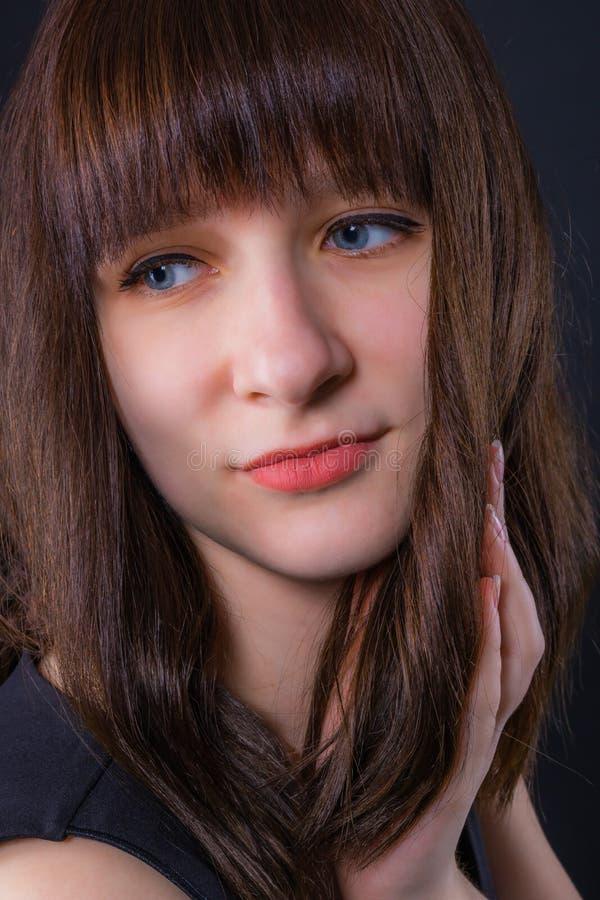 Πορτρέτο ενός νέου ελκυστικού σκεπτικού κοριτσιού στοκ φωτογραφία