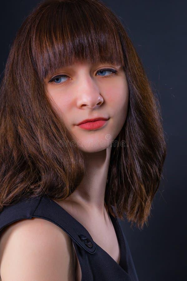 Πορτρέτο ενός νέου ελκυστικού σκεπτικού κοριτσιού στοκ φωτογραφία με δικαίωμα ελεύθερης χρήσης