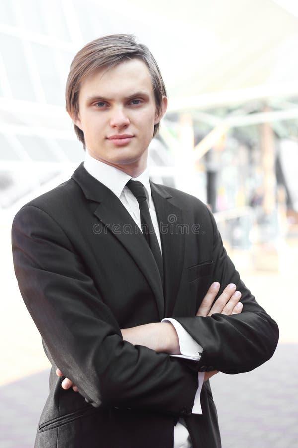Πορτρέτο ενός νέου επιχειρηματία στο θολωμένο υπόβαθρο στοκ φωτογραφίες με δικαίωμα ελεύθερης χρήσης