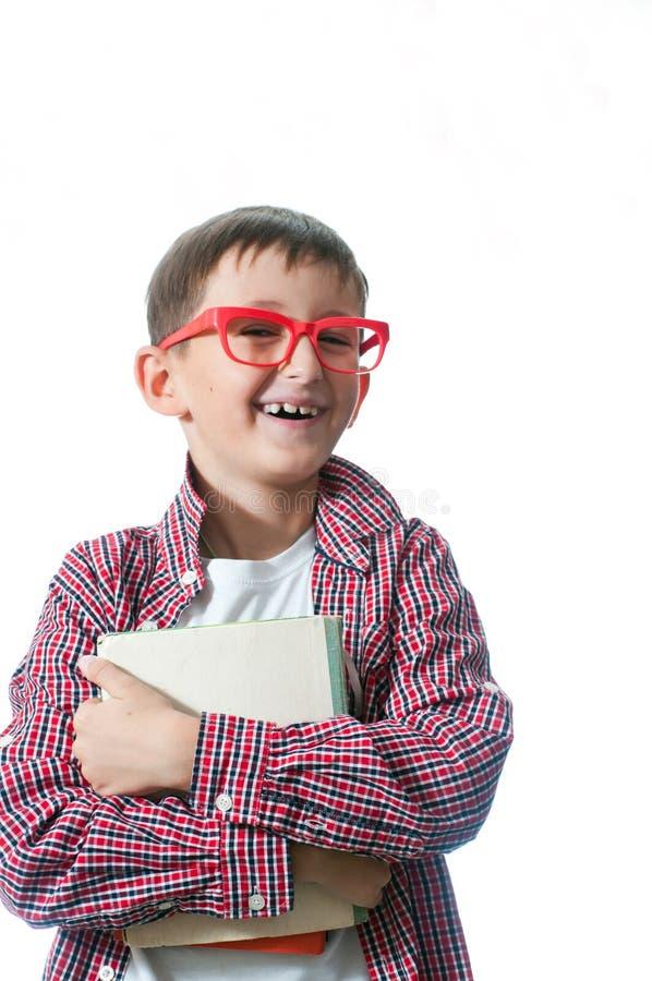 Πορτρέτο ενός νέου ευτυχούς αγοριού στα κόκκινα θεάματα. στοκ εικόνες