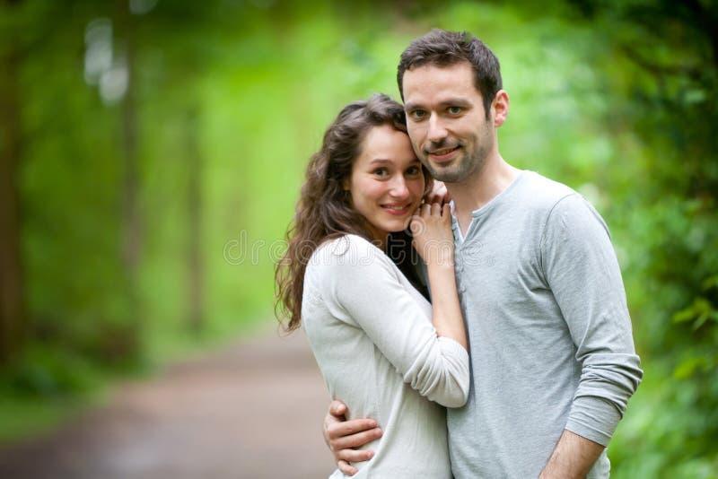 Πορτρέτο ενός νέου ευτυχούς ζεύγους στη φύση στοκ φωτογραφία