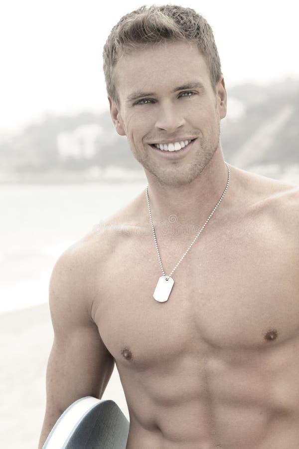 Άτομο στην παραλία με το χαμόγελο στοκ εικόνες