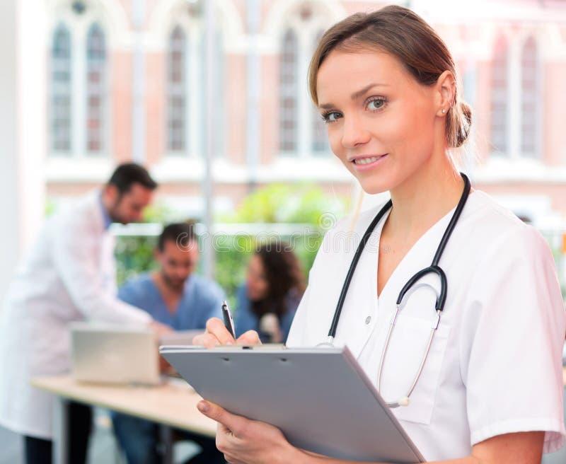 Πορτρέτο ενός νέου ελκυστικού γιατρού στο νοσοκομείο στοκ εικόνες με δικαίωμα ελεύθερης χρήσης