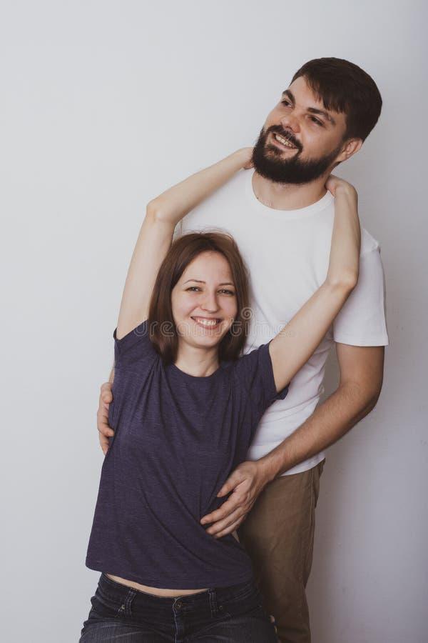 Πορτρέτο ενός νέου ζεύγους στο εκλεκτής ποιότητας ύφος στοκ φωτογραφία